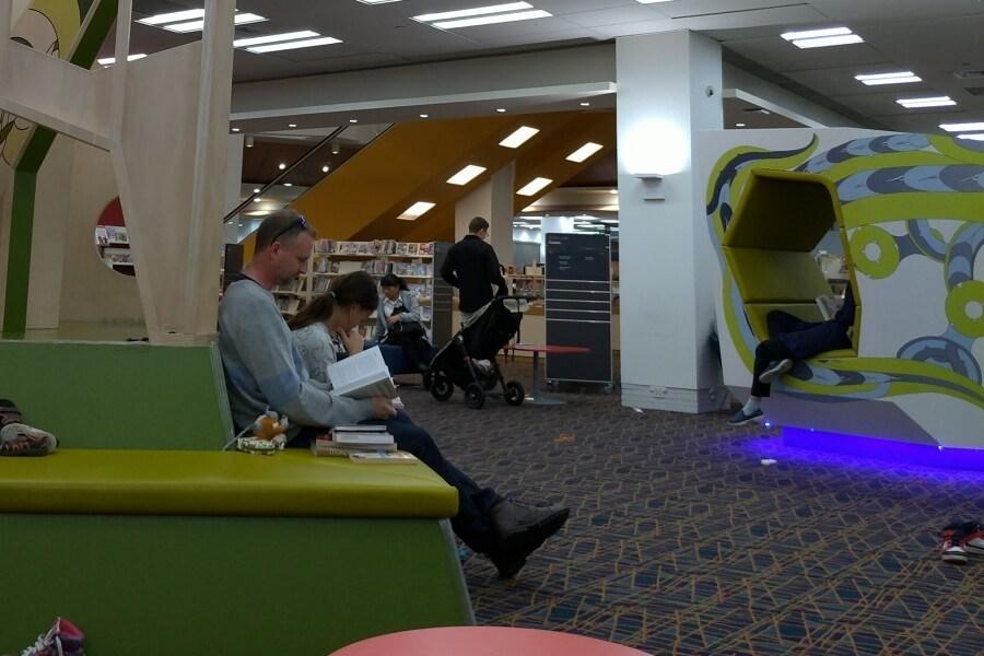 Nyantai di library