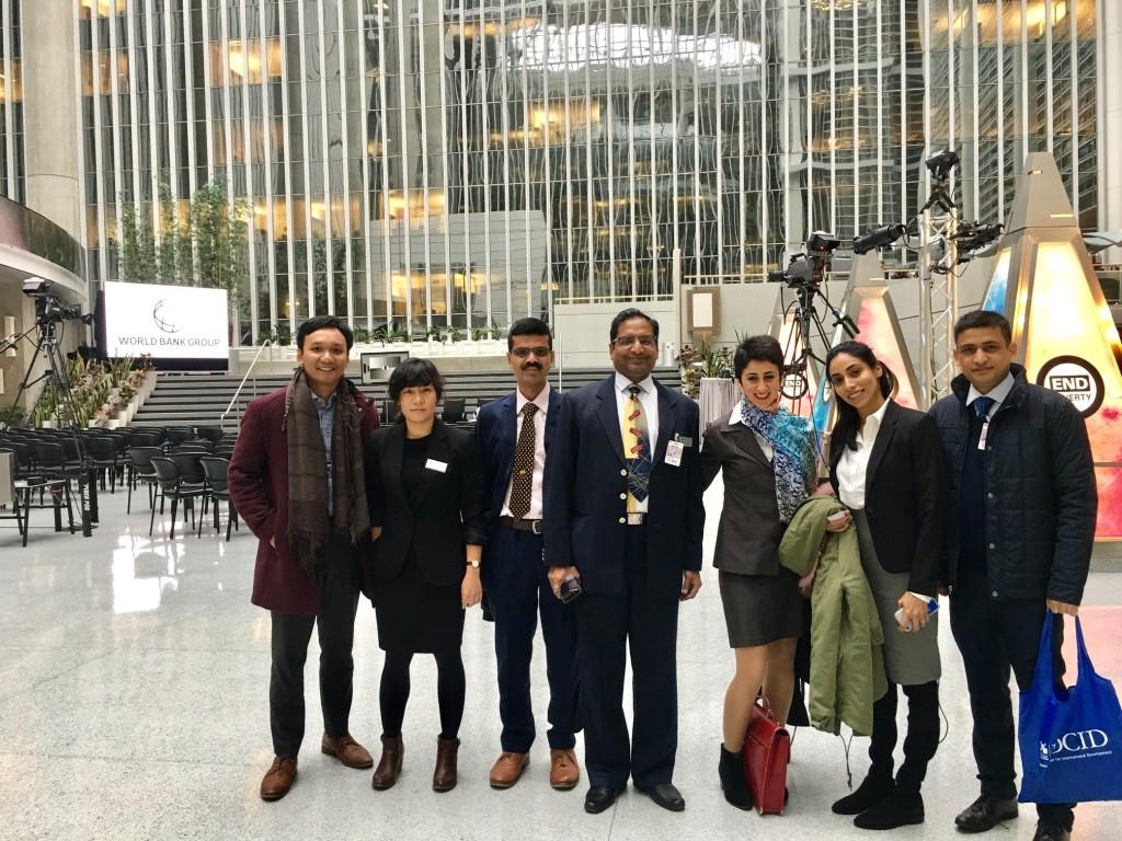 Mengunjungi kantor World Bank di Washington DC.