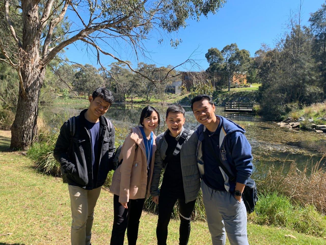 Beberapa peserta sedang berfoto di salah satu danau di belakang kampus Monash