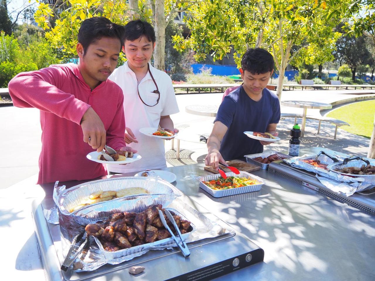 Peserta menikmati makan siang dengan BBQ