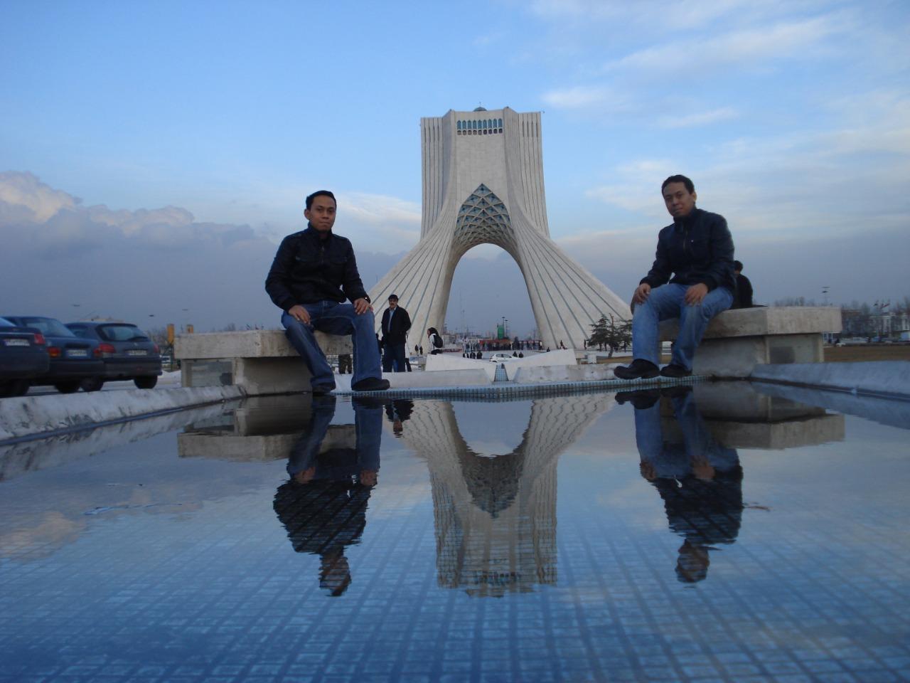 Di depan Menara Azadi, Tehran, dengan saudara kembar saya Deden