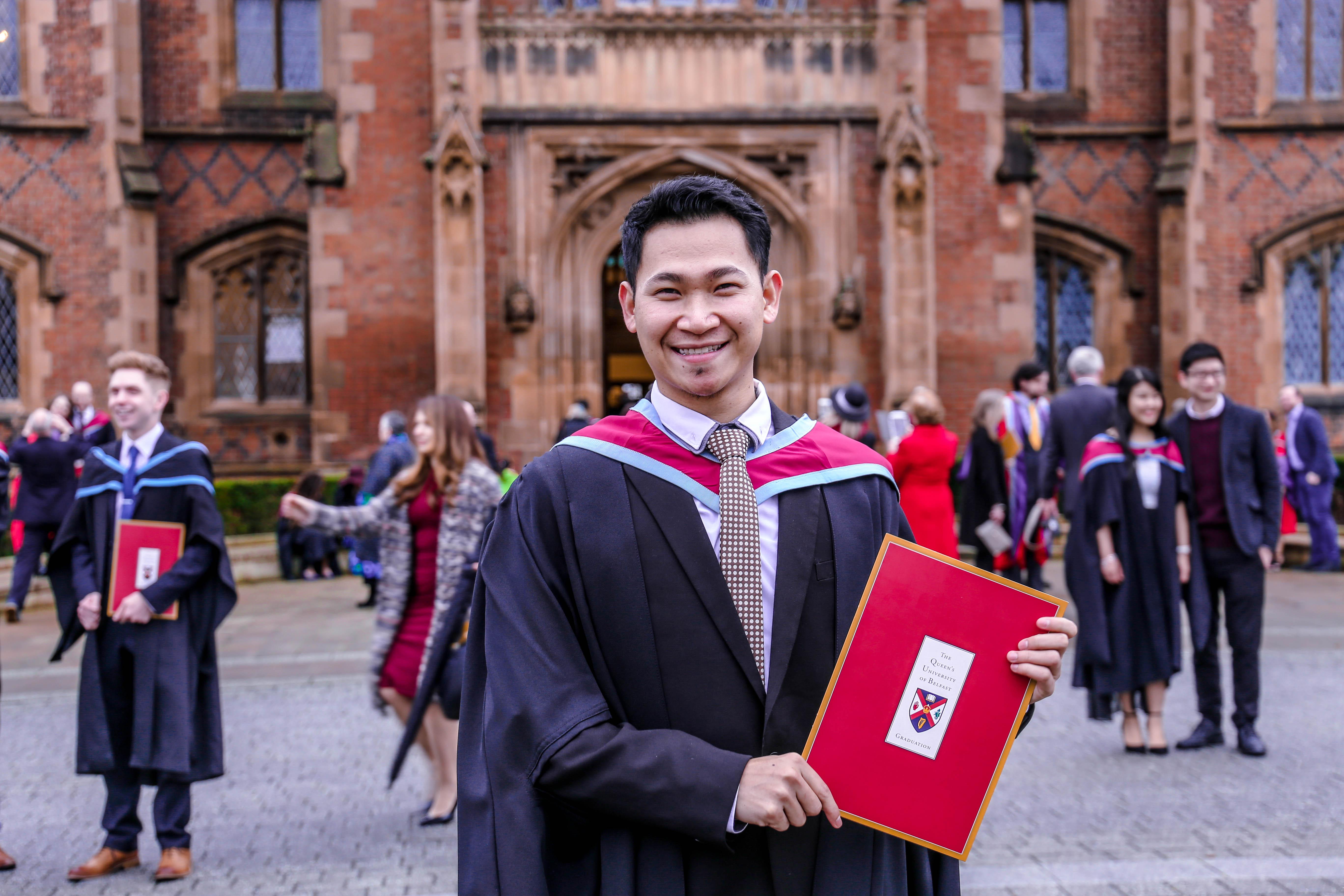 Foto penulis ketika wisuda di Queen's University Belfast pada tahun 2016