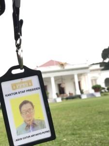 Kartu pengenal Kantor Staf Presiden yang mulai usang dan akan segera diganti di periode kedua ini! Foto oleh penulis.