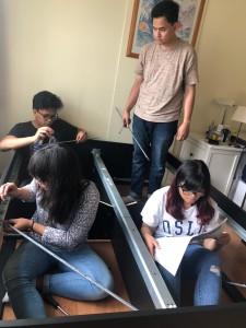 Persahabatan di PPI juga merambah sektor domestik, salah satunya saat merangkai kasur mahasiswa yang baru datang. Foto oleh penulis.