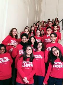 Foto berasama volunteer-volunteer lainnya untuk acara tahunan di kampus Youth and Leaders Summit dimana mahasiswa dapat kesempatan berbincang langsung dengan tokoh-tokoh politik mengenai isu-isu politik dunia
