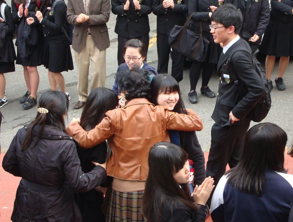 Siswa yang telah lulus ujian sekolah berpamitan kepada gurunya menyiapkan ujian Suneung keesokan harinya. Sumber foto: flickr/Jens-Olaf Walter