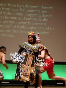 Saya menampilkan tari kreasi dari Kalimantan Tengah dan Kalimantan Timur melalui Tari Dadas+Enggang.