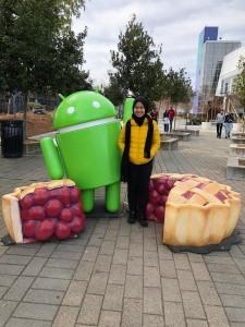Chairuni dengan patung logo Android di kantor pusat Google di Amerika