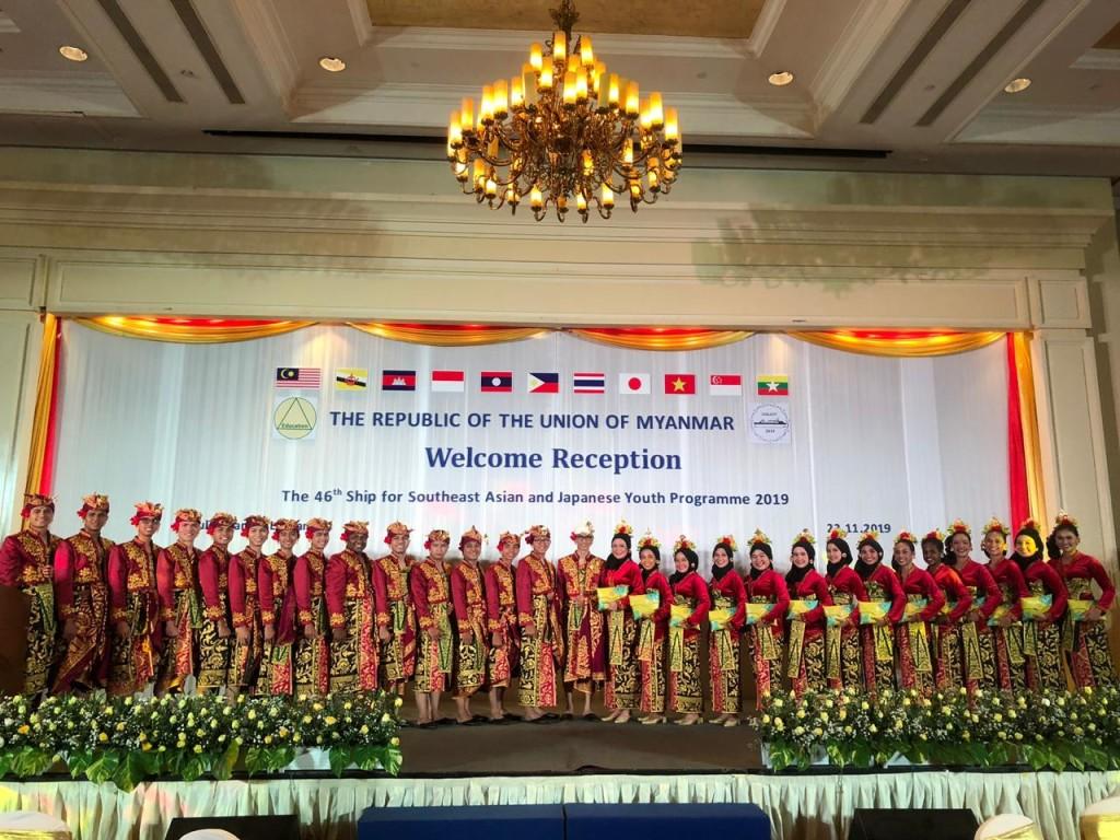 Kontingen Indonesia saat berada di Myanmar mengenakan Pakaian Adat Bali.