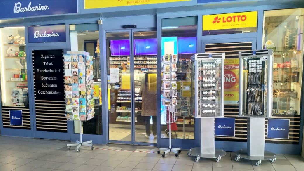Salah satu minimarket yang masih beroperasi