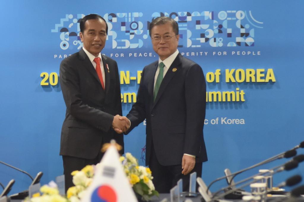 Pertemuan Bilateral Presiden Republk Indonesia Joko Widodo dan Presiden Korsel Moon Jae-in di Busan, Korea Selatan pada November 2019. (Sumber: Sekretariat Kabinet RI)