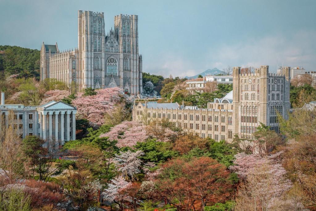 Lansekap kampus Kyung Hee University di Dongdaemun-gu, Seoul. Kampus Kyung Hee terkenal sebagai salah satu kampus paling indah di Korea Selatan. (Sumber: Pinterest)