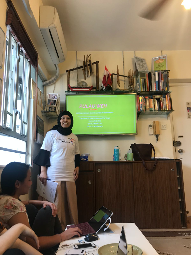 Mbak Luluk was presenting her slides for the competition. Source: Ivana Suradja and Dhammamitta HK