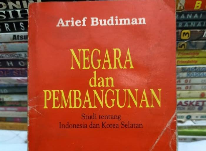 """Sampul buku """"Negara dan Pembangunan"""" karya Arief Budiman yang membandingkan konteks pembangunan Indonesia dan Korea Selatan (Sumber: gesturi.id)"""