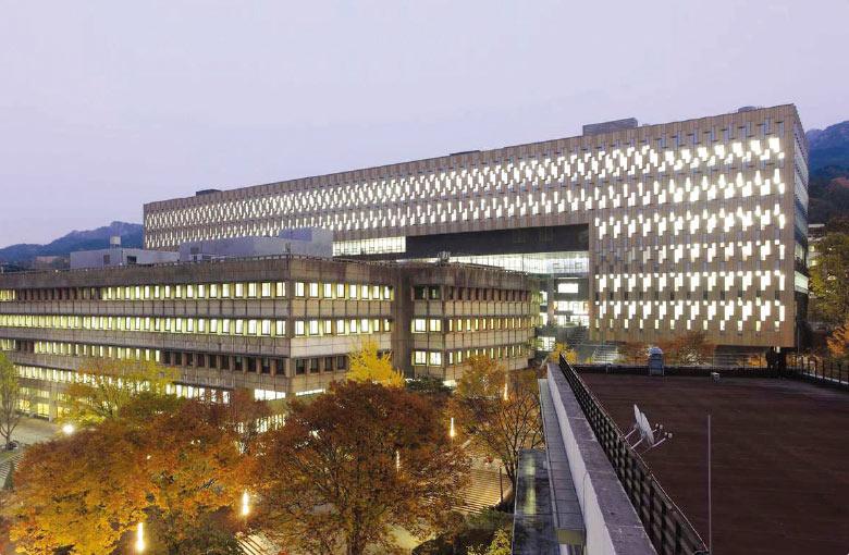 Perpustakaan Kwanjeong di Seoul National University adalah salah perpustakaan kampus terbesar di Korea Selatan dengan 5,2 juta koleksi volume buku dan luas sekitar 57 ribu meter persegi. (Sumber: snu.ac.kr)