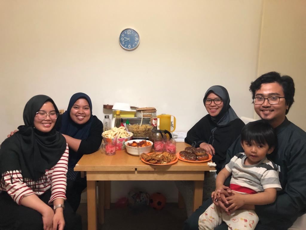 Nuril bersama empat orang housemate-nya sedang berbuka puasa
