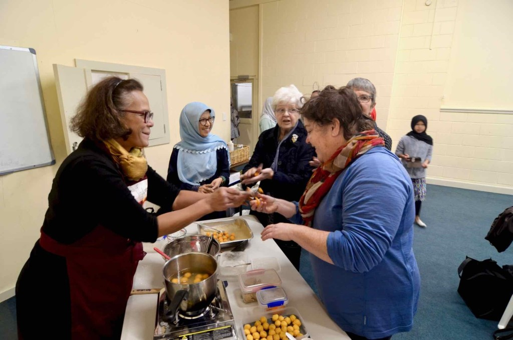 """Memperkenalkan makanan khas Indonesia (Biji Salak) pada masyarakat Wellington yang hadir di acara """"A Taste of Ramadhan"""". Sumber: NZIA"""