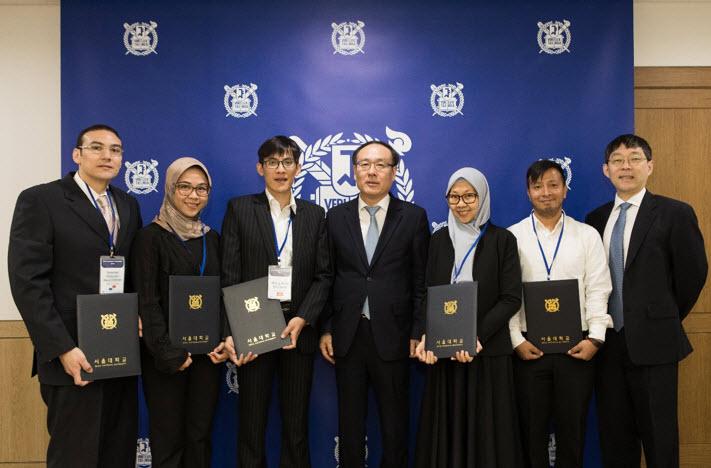 Penerima Beasiswa SNU Presidential Fellowship Semester Musim Semi 2019. Dua dari lima penerima beasiswa berasal dari Indonesia, Anggia Utami Dewi (kedua dari kiri, Universitas Padjadjaran) dan Pinanga Yangie Dwi Marga (Institut Teknologi Bandung) (Seoul National University)