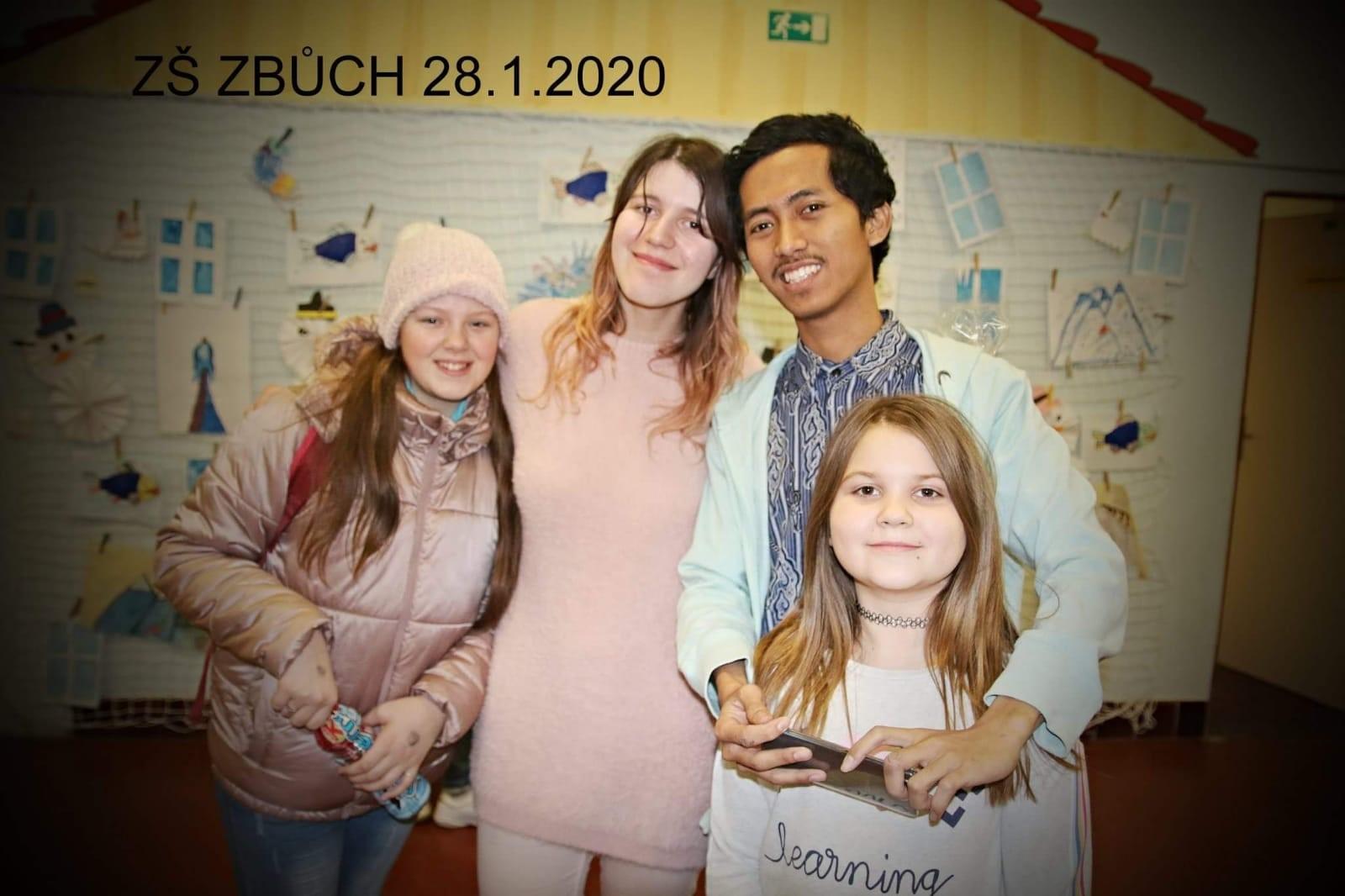 Saya bersama si gadis Serbia, si anak ceria berusia 10 tahun (kiri saya) beserta kawannya (Foto diambil oleh seorang ibu si anak ceria berusia 10 tahun, ia seorang juru masak di sekolah sekaligus seorang fotografer profesional)