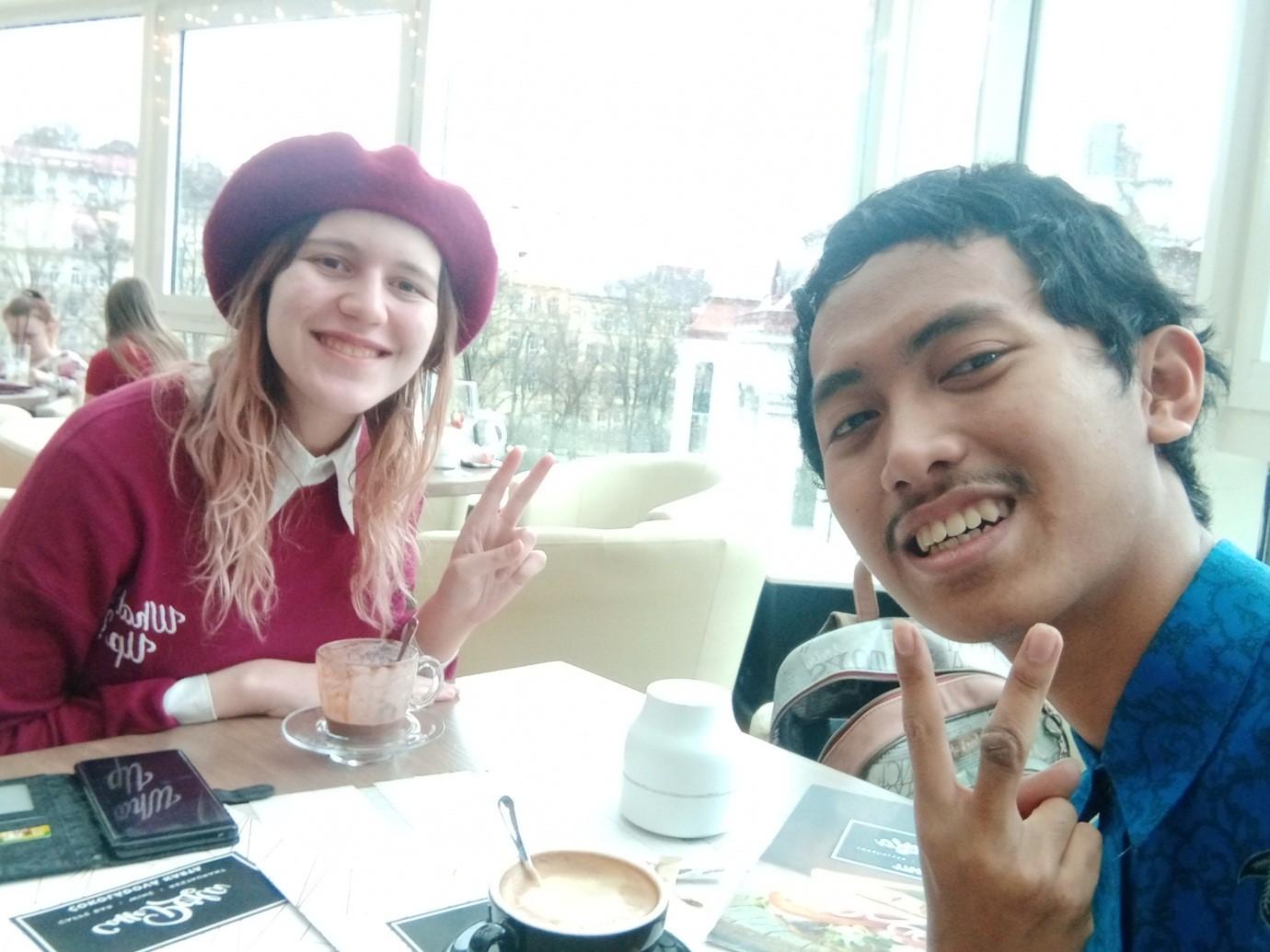 Saya bersama si gadis Serbia saat berada di kafe selepas tugas mengajar di sekolah