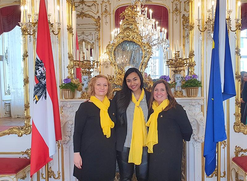 Berpose di gedung kepresidendan Austria