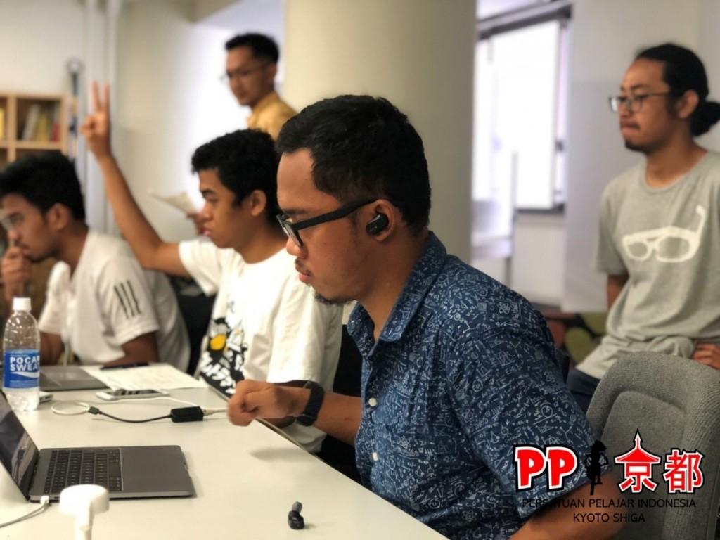 Tim di belakang layar, bertugas mengatur jadwal tayang, mensortir pertanyaan, mengkonfirmasi kehadiran peserta dan kontributor esai, serta membatasi waktu presentasi.