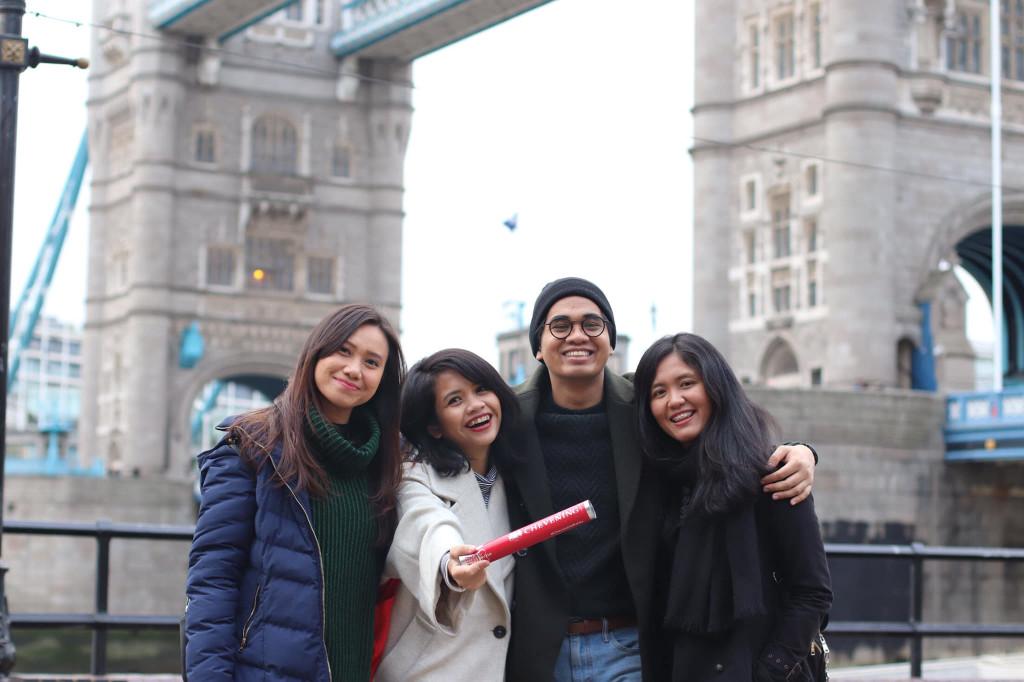 Bersama teman-teman Chevening scholars dari Indonesia di Tower Bridge, London, 2019
