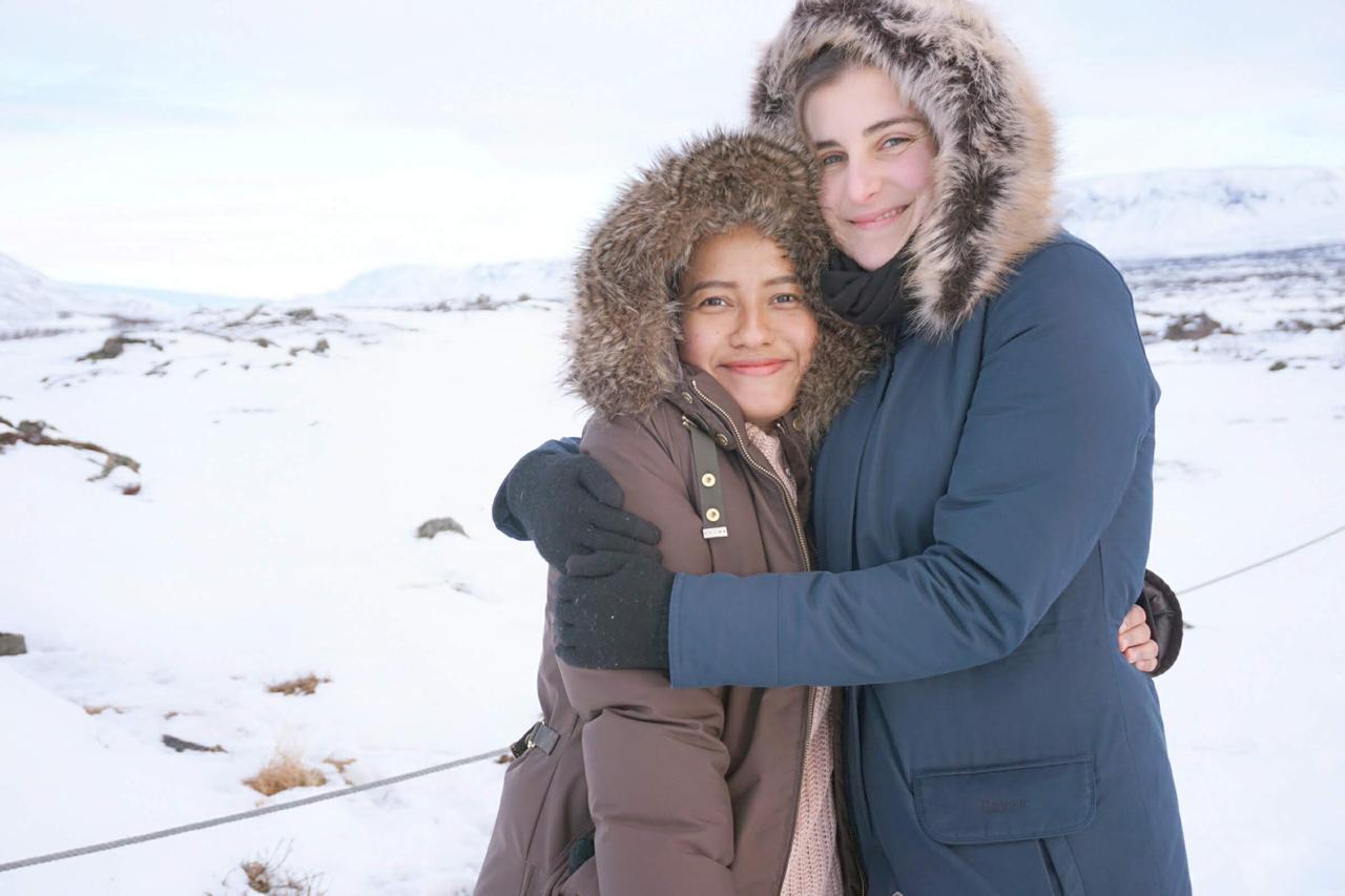 Nadhill (kiri) bersama dengan seorang teman saling menghangatkan tubuh di musim dingin di Oslo, Norwegia