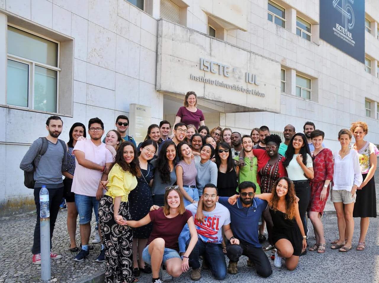 Nadhill (baris kedua, kelima dari kiri) berpose bersama teman-temannya di depan kampus Instituto Universitário de Lisboa