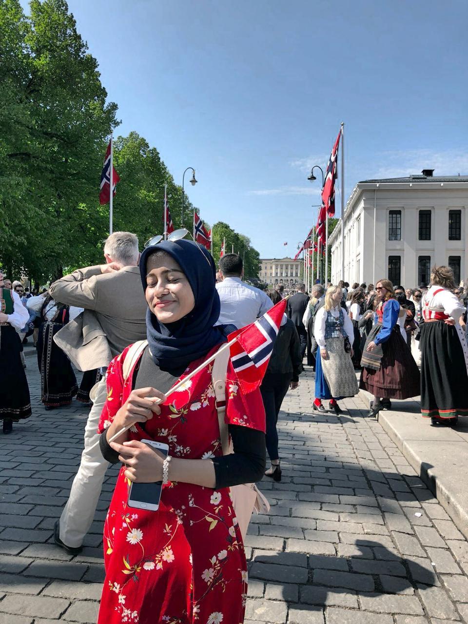 Nadhill berpose di depan Royal Palace memperingati Norway Constitution Day Parade