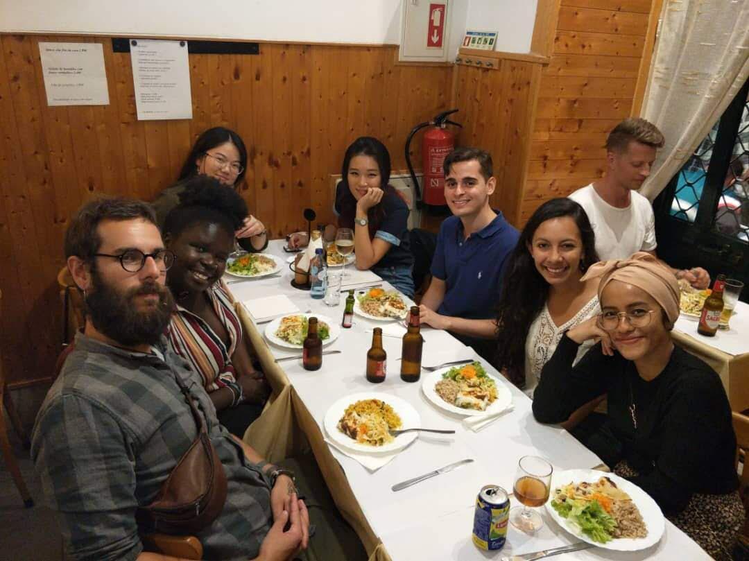 Nadhill (kanan) bersama teman-temannya menikmati hidangan di sebuah restoran di Lisabon, Portugal