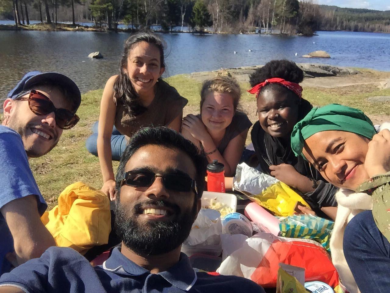 Nadhill (kanan) menghabiskan musim panas bersama teman-temannya dengan berpiknik di tepi danau di Oslo, Norwegia