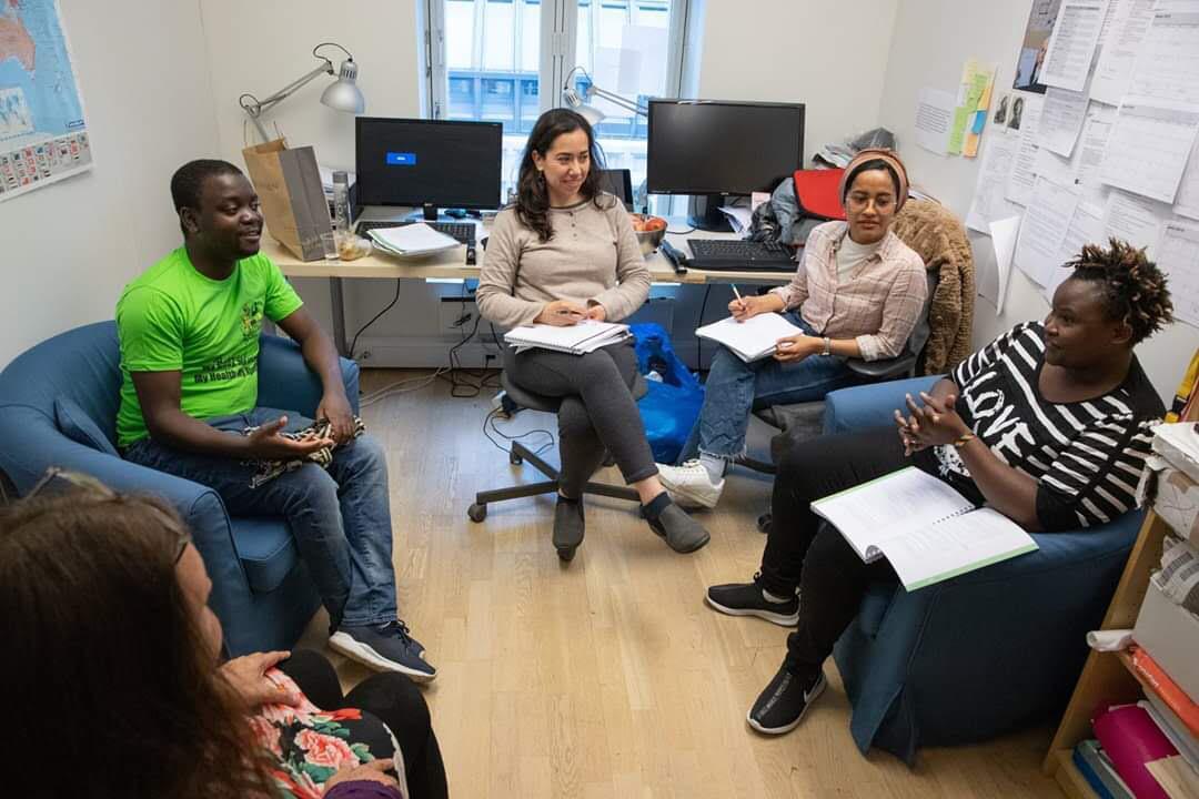 Nadhill (kedua dari kanan) berdiskusi bersama para koleganya terkait isu HAM dan kesehatan mental para korban kekerasan HAM dan gender