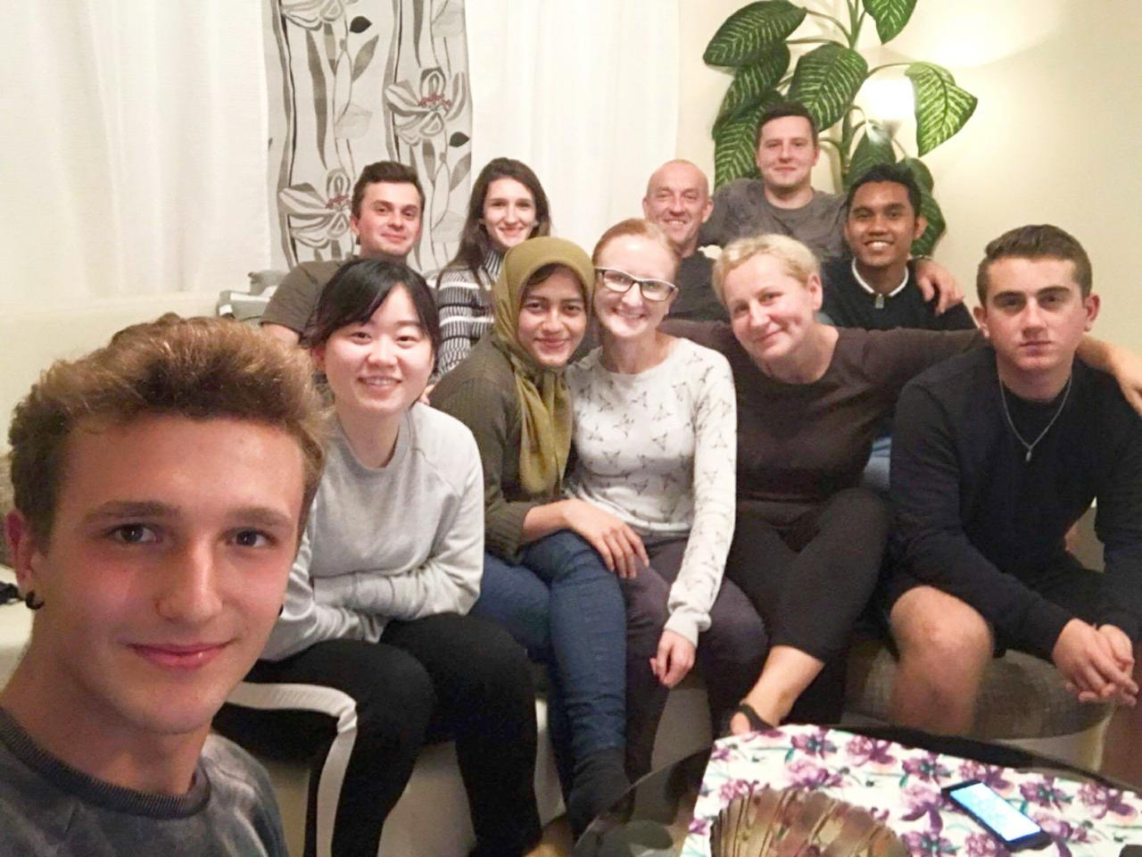 Nadhill (ketiga dari kiri) bercengkrama bersama teman-temannya di Warsawa, Polandia