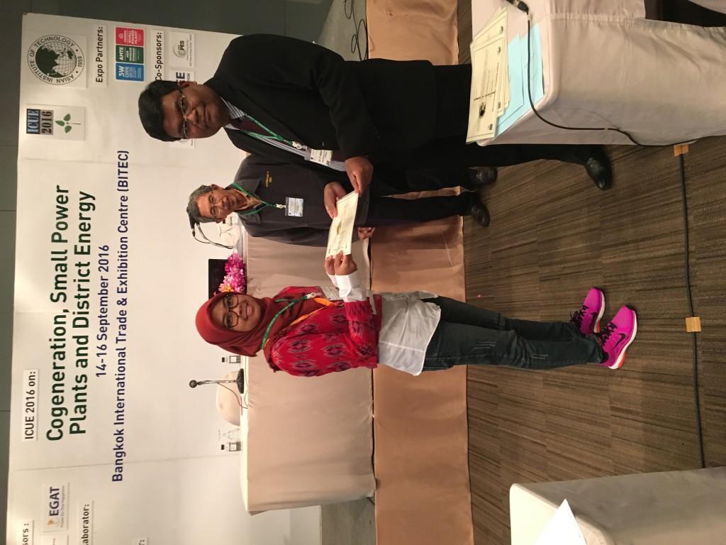 Saat penyerahan sertifikat sebagai pembicara di akhir konferensi. Sumber: dokumentasi pribadi