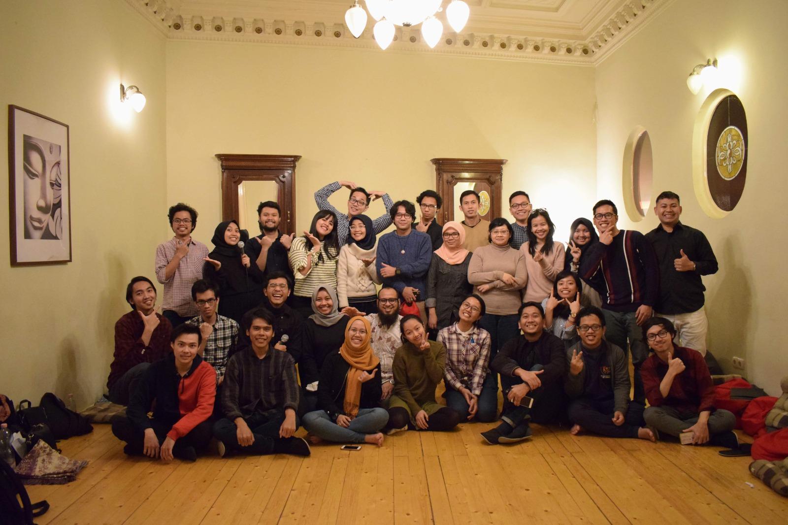 Fei (baris ketiga, kedua dari kanan) bersama teman-teman PPI Hongaria