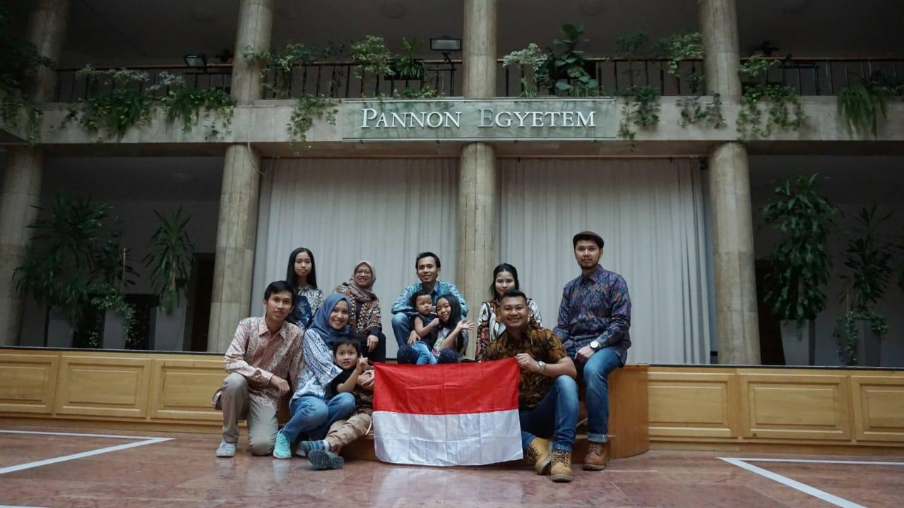 Fei (kiri) bersama teman-teman Indonesia berpose di University of Pannonia