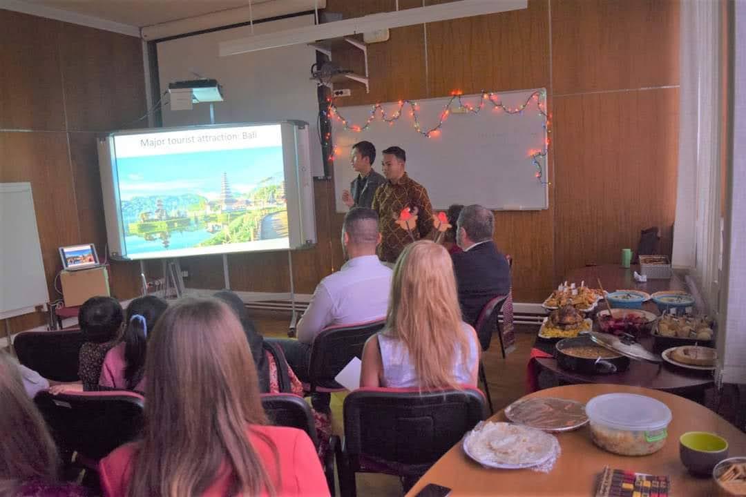 Fei mempresentasikan tentang Indonesia kepada mahasiswa dan dosen Faculty of Modern Philology and Social Sciences University of Pannonia