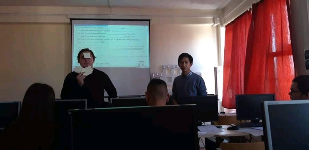 Fei melakukan kegiatan belajar mengajar di sebuah SMA di Nagykanisza, Hongaria