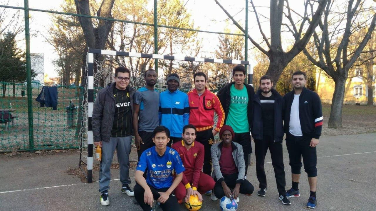Fei (baris pertama, kiri) bermain futsal bersama mahasiswa internasional