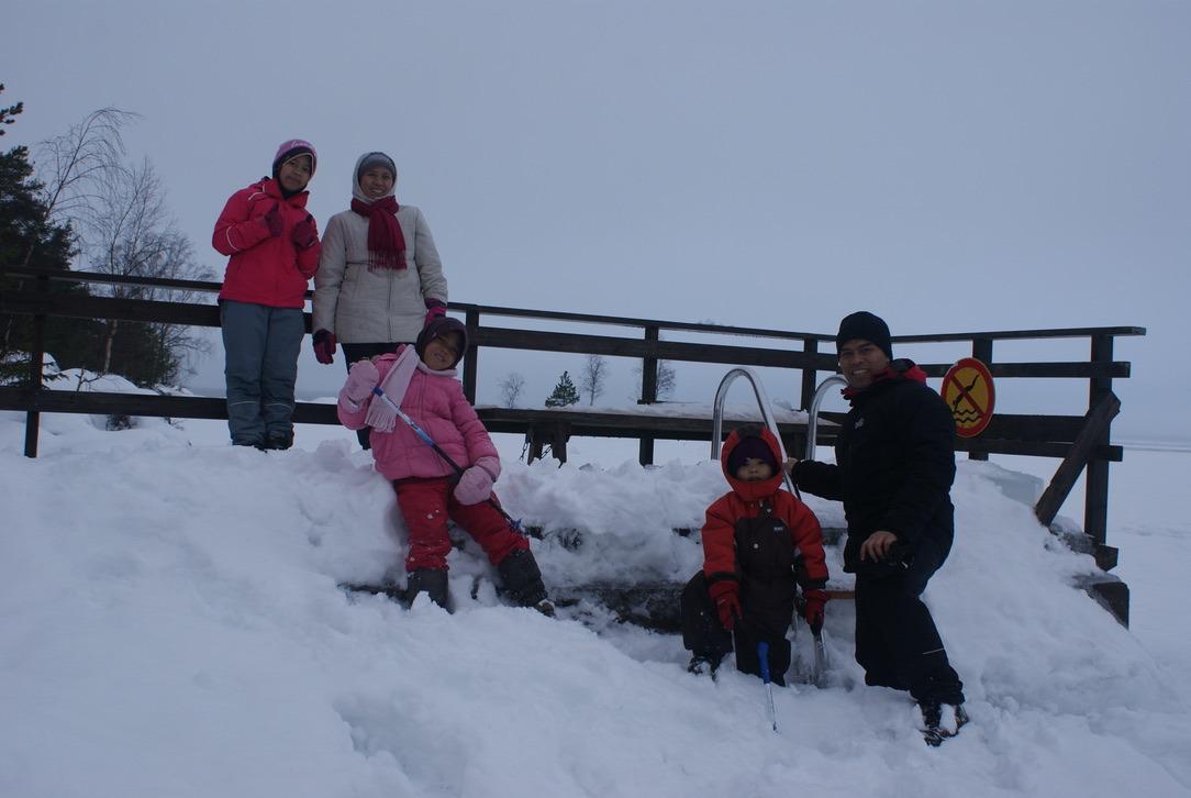 Tholchah (kanan) dan keluarga bersantai di musim dingin