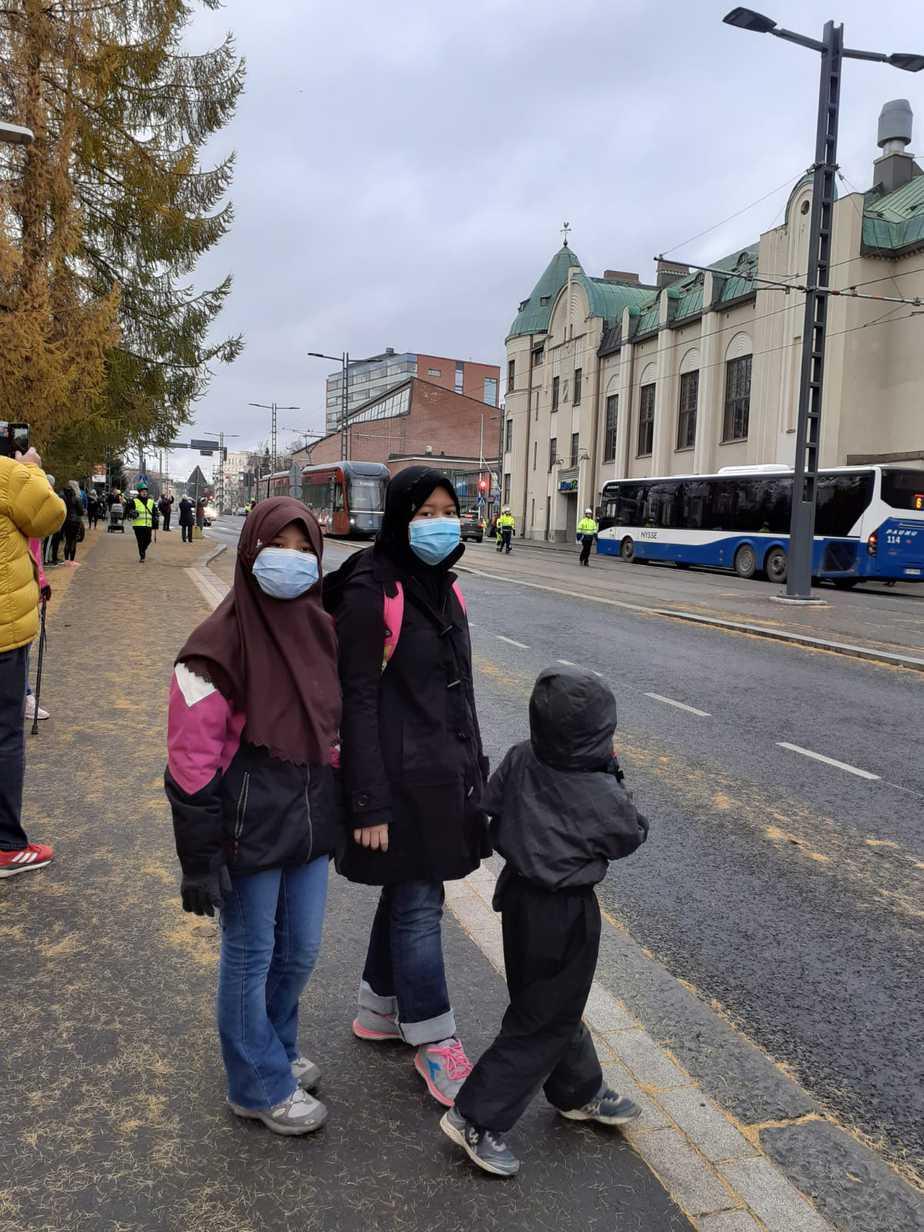 Anak-anak Tholchah belajar menggunakan transportasi umum sendiri