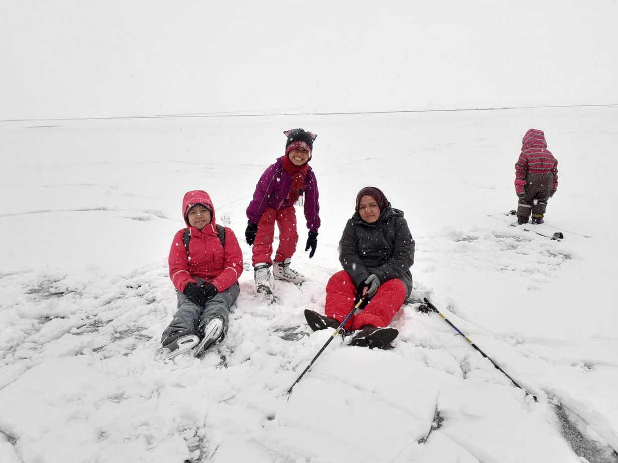 Keluarga Tholchah menikmati salju