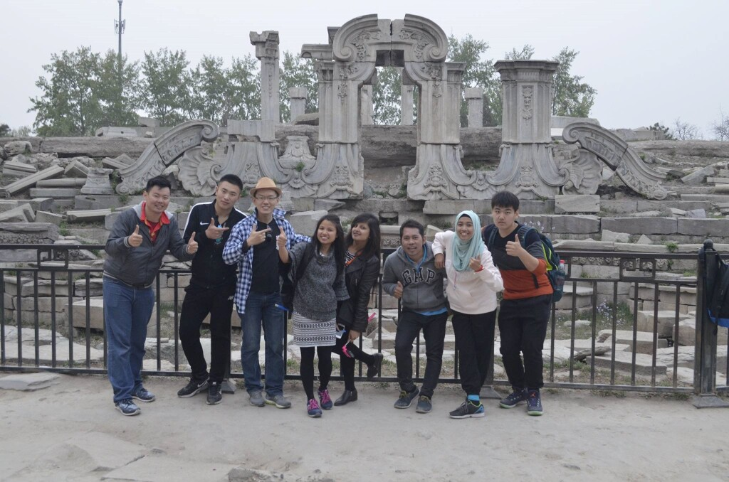 Foto bersama teman-teman yang mengikuti pelatihan guru Bahasa Mandarin di Beijing pada tahun 2016. Kami selalu memanfaatkan waktu kosong untuk berwisata. Tentu saja, kebanyakan sayalah yang menjadi penggagas untuk berjalan-jalan ke tempat tertentu.