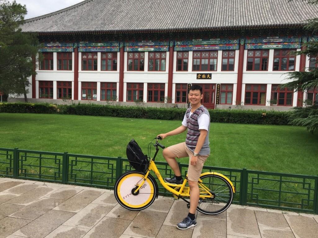 Beberapa hari setelah saya tiba di Beijing, saya memutuskan untuk mengelilingi kampus dengan sepeda sewaan. Konsep sepeda sewa sangat umum ditemukan di kota besar di Tiongkok sekarang ini. Harga saat itu adalah 0.1 yuan (setara Rp 200) per 30 menit untuk mahasiswa.