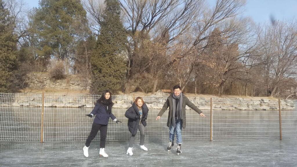 """Selama musim dingin, Danau Weiming akan berubah menjadi lapisan es dan biasanya akan """"disulap"""" oleh pihak universitas menjadi lapangan ice skating!"""