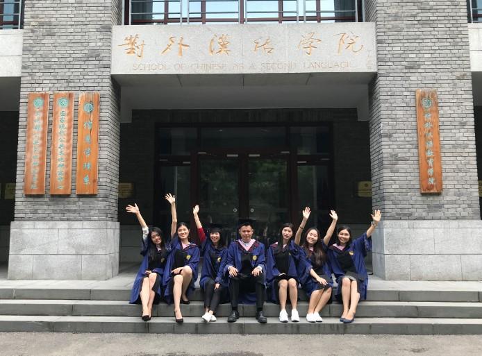 Foto wisuda saya dan teman-teman di depan gedung fakultas. Karena padatnya jadwal teman-teman, tidak banyak yang bisa mengikuti sesi foto bersama ini.