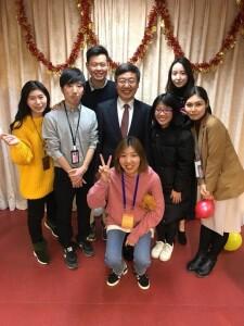 Foto dengan teman-teman mahasiswa internasional dan dekan fakultas pada acara malam perayaan tahun baru yang diselenggarakan oleh fakultas.