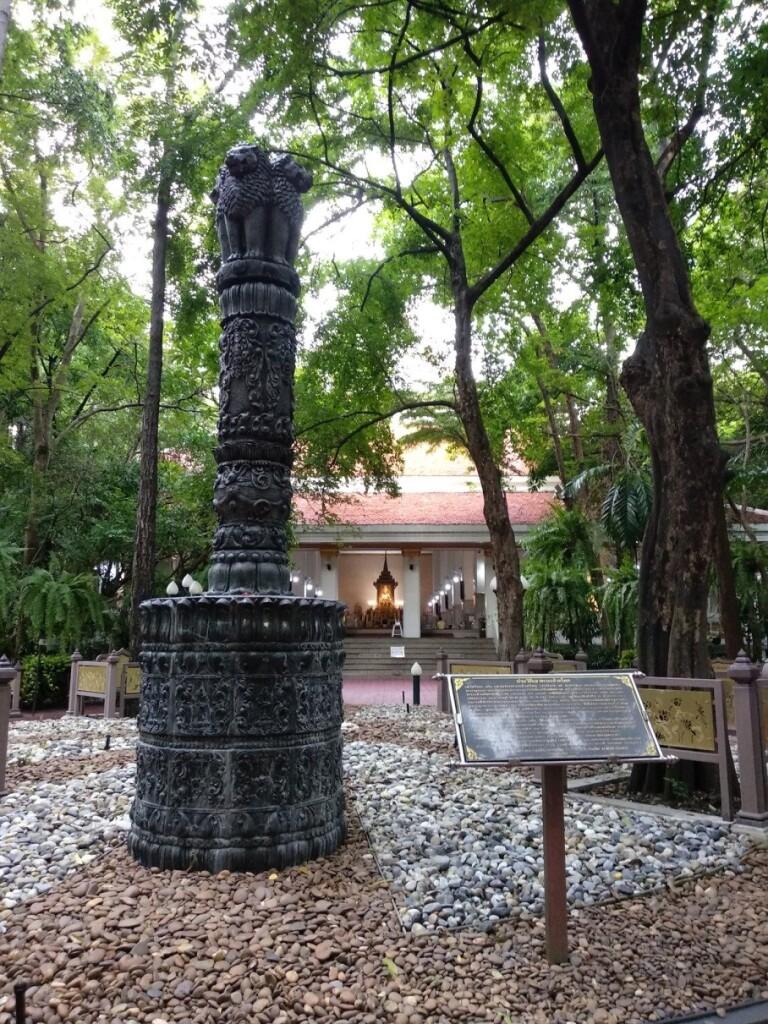 The forest monastery just next to gigantic mall Siam Paragon, Vihara Wadumvanarama (Wat Pathumwanaram).