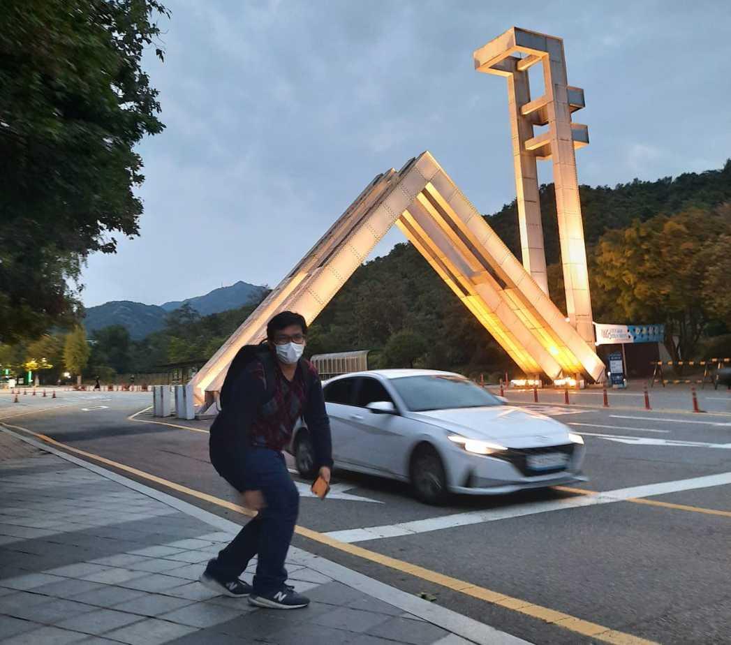 Senja di gerbang depan Seoul National University